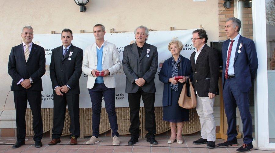 La Federación de Esgrima de Castilla y León reconoce a sus tiradores Olímpicos y expresidentes con la medalla de oro