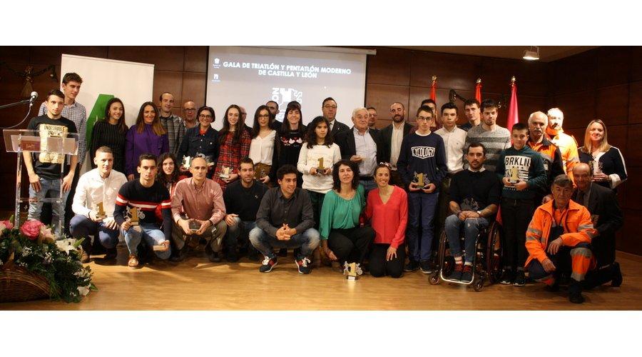El Triatlón de Castilla y León reconoce la trayectoria de Kevin Viñuela en su Gala anual