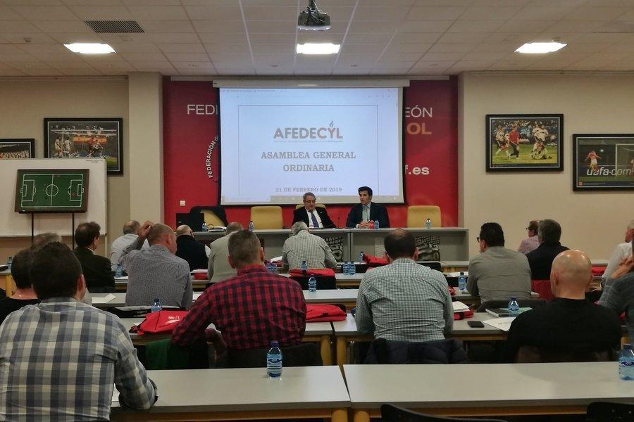 El director general de deporte, Alfonso Lahuerta, agradece a AFEDECYl su aportación a la nueva Ley de la Actividad Física.
