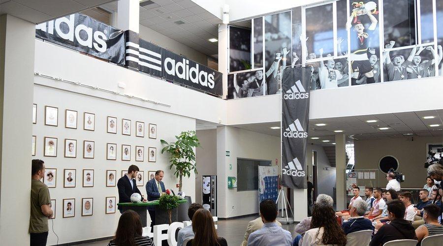 La FCyLF presenta el balón oficial para el fútbol y fútbol sala y las nuevas camisetas de las Selecciones Autonómicas
