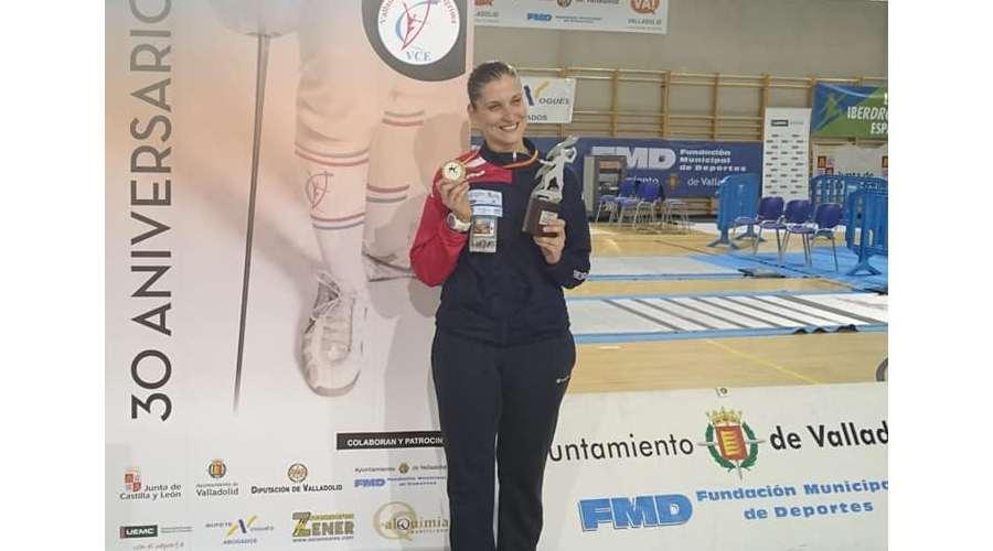 Dora Kiskapusi, oro en el primer torneo Nacional del Ranking de espada femenina ante su público, en Valladolid