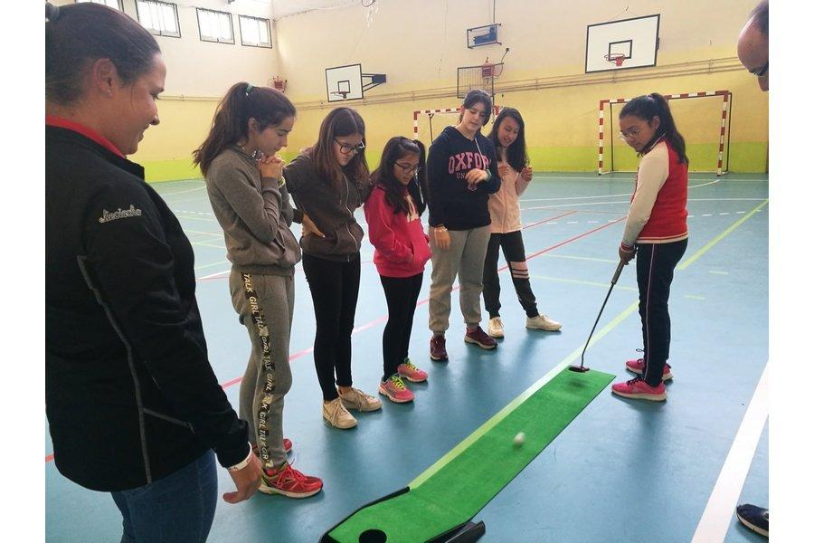 La golfista profesional Marta Muñoz lleva su mensaje de Igualdad a los estudiantes de Ávila